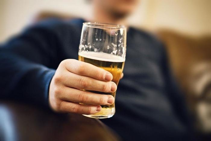 Quem bebe cerveja todos os dias é alcoólatra?