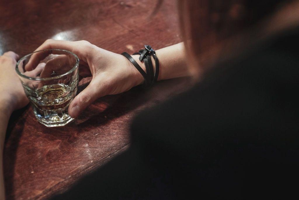 As causas do porquê uma pessoa se torna alcoólatra