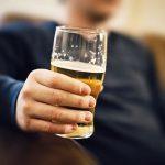 Quem bebe cerveja todos os dias é alcoólatra